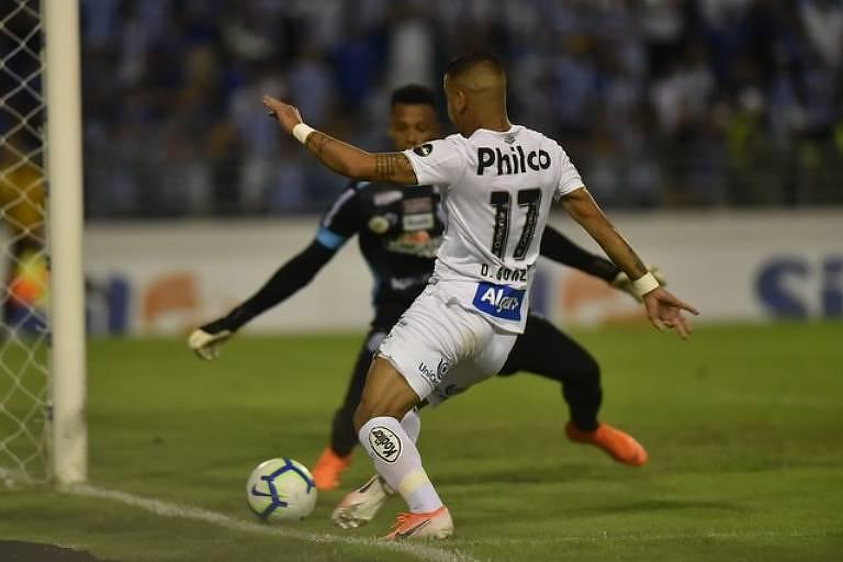 Quase la linha de fundo, o atacante santista Derlis González, cara a cara, com o goleiro Jordi, do CSA, tenta a finalização durante o duelo entre Peixe e o time alagoano, no estádio Rei Pelé