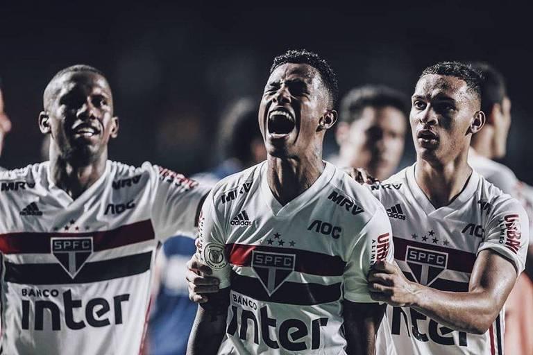Durante a comemoração do seu primeiro gol são-paulino contra o Flamengo, no Morumbi, Tchê Tchê fecha os olhos e solta um grito; Toró, à direita do volante, coloca o braço nas costas de Tchê Tchê, enquando Antony, à esquerda, o segura pelos braços