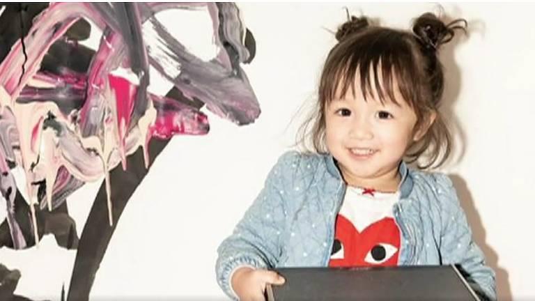 A artista de 2 anos que já vende pinturas por mais de R$ 6 mil