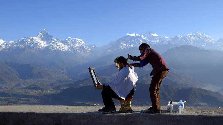 Giovane Brisotto corta o cabelo no Nepal, em cena do documentário 'O Sentido da Vida', de Miguel Gonçalves Mendes