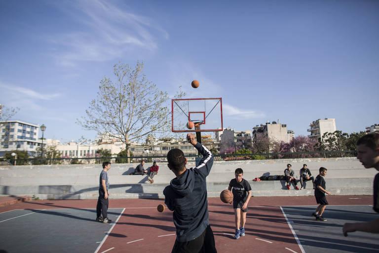 Jovens jogam basquete em Sepolia, bairro de Atenas em que Giannis Antetokounmpo foi descoberto