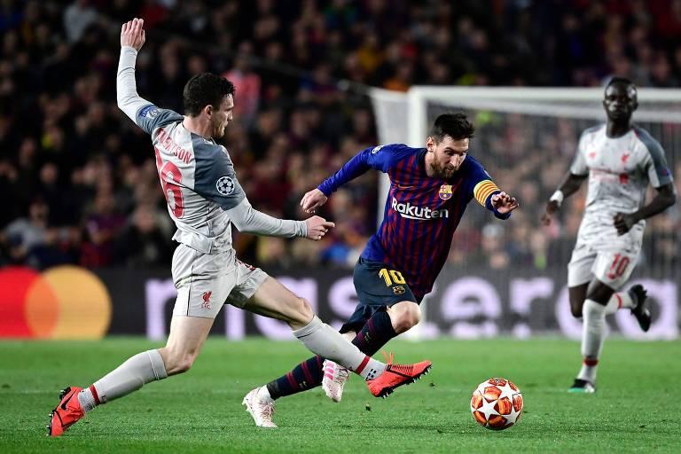 Messi passa por Robertson, defensor do Liverpool, durante o jogo de ida das semifinais da Liga dos Campeões da Europa