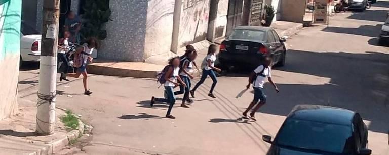 Crianças fogem de tiroteio no Complexo da Maré, na zona norte do Rio