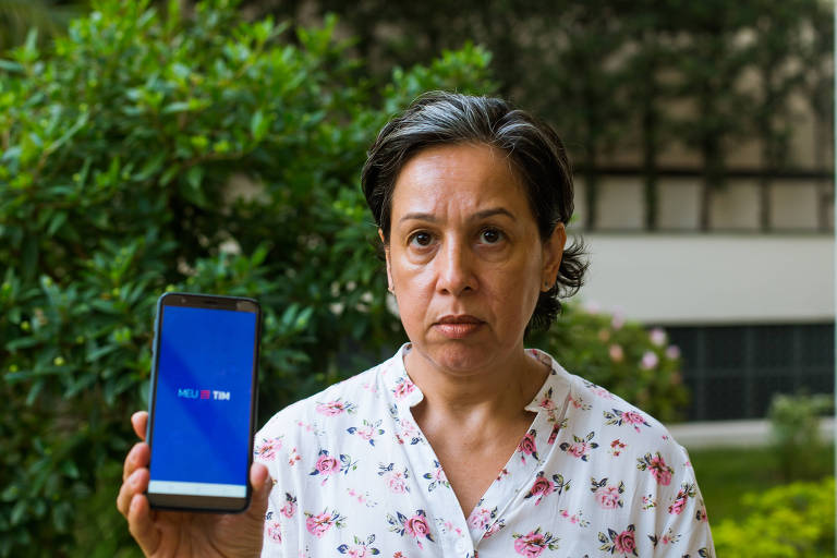 Fátima Oliveira de Carvalho afirma que, há três meses, fatura vem errada e operadora não corrige