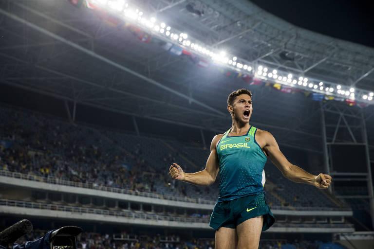 Thiago Braz comemora a conquista da medalha de ouro na Olimpíada do Rio, em 2016