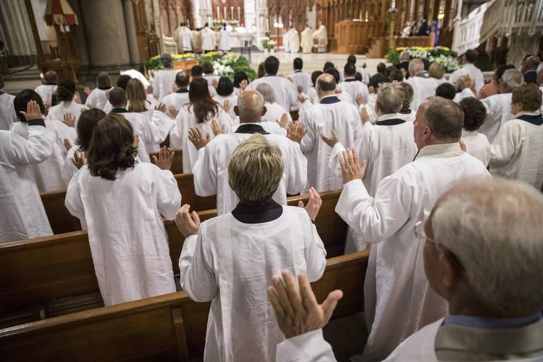 Pessoas que vão se converter ao catolicismo participam de cerimônia na Catedral Basílica do Sagrado Coração em Newark