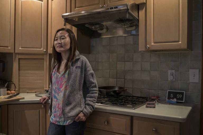 Joanna Huang, que decidiu se converter para o catolicismo, em sua casa em Short Hills, Nova Jersey