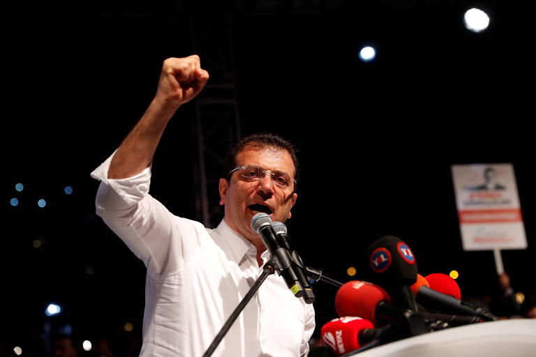 Ekrem Imamoglu, do CHP, fala a simpatizantes após anúncio de que eleição será repetida