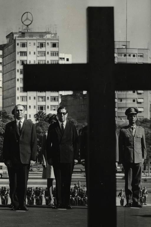Em São Paulo, o presidente do Uruguai, Jorge Pacheco, reverencia a memória dos pracinhas, no Monumento aos Mortos da 2ª Guerra.  (11.05.1969)