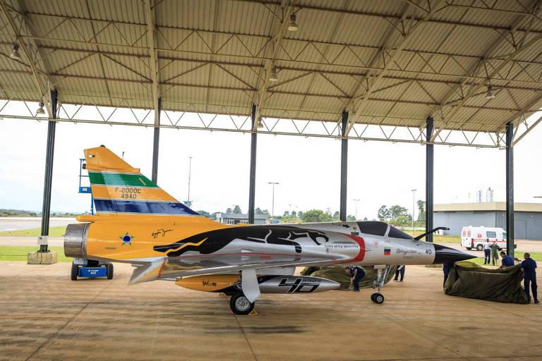 Aeronave Mirage da Força Aérea Brasileira com pintura em homenagem ao capacete de Ayrton Senna, morto há 25 anos