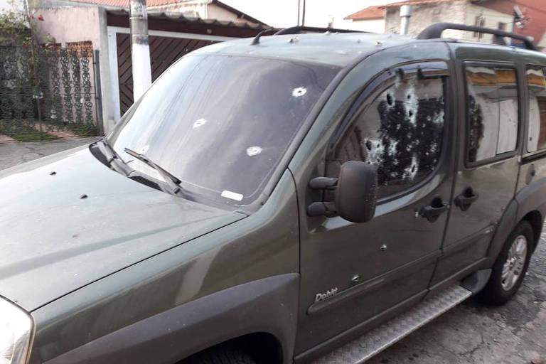 Carro do PM da Rota foi atingido por dezenas de disparos de fuzil quando ele saía de casa, em Interlagos (zona sul)