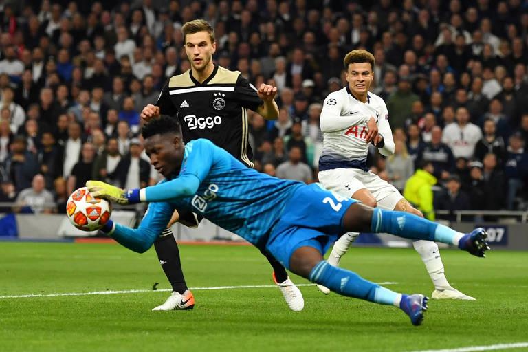 Onana faz defesa durante a primeira partida da semifinal da Champions League, contra o Tottenham