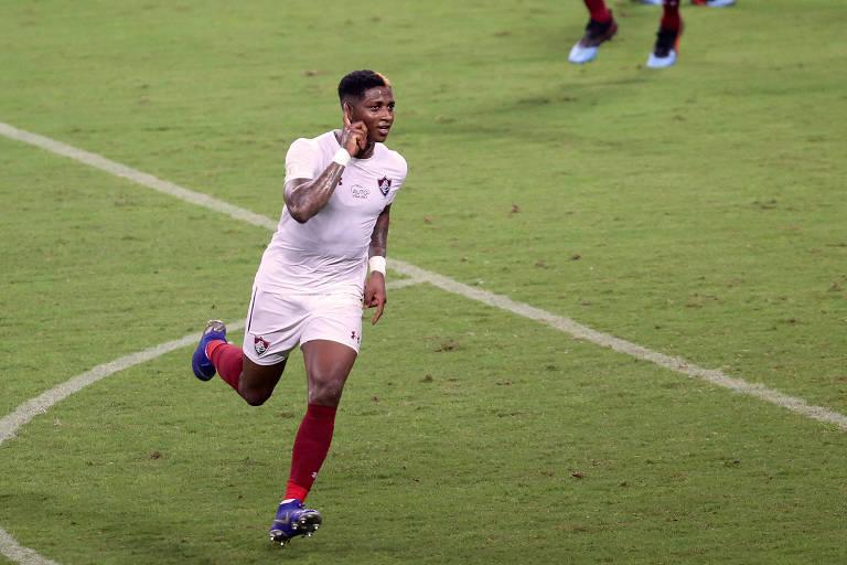 Yony González comemora gol contra o Grêmio com mão no ouvido, no jogo em que sofreu ofensa racista