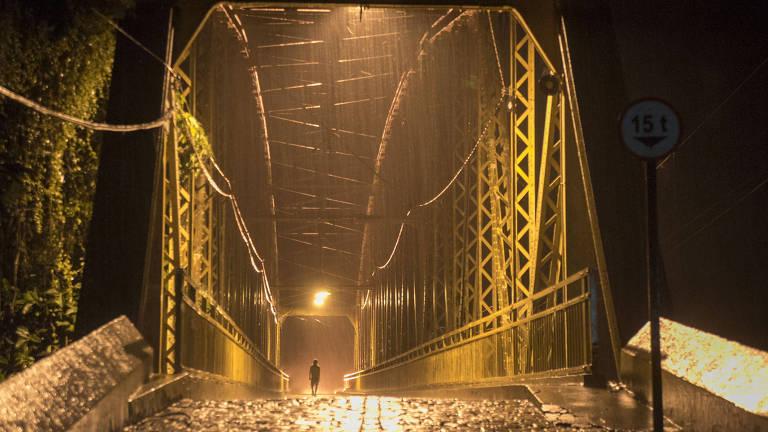 """Ponte de Cataguases no filme """"Redemoinho"""", em fotografia de Walter Carvalho"""