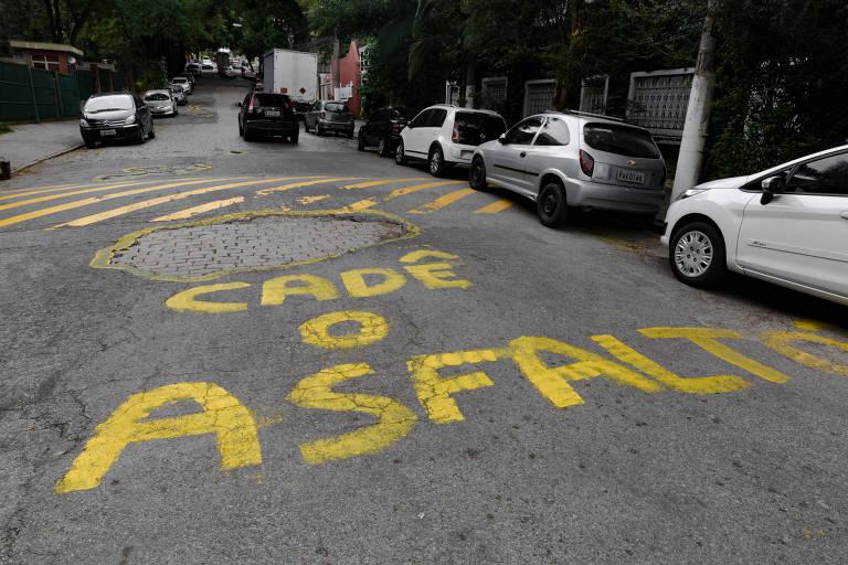 Covas é alvo de protesto por buracos na rua