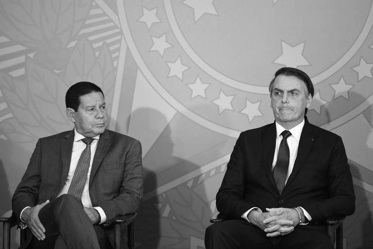 O vice-presidente Hamilton Mourão e o presidente Jair Bolsonaro durante cerimônia no Palácio do Planalto, em Brasília