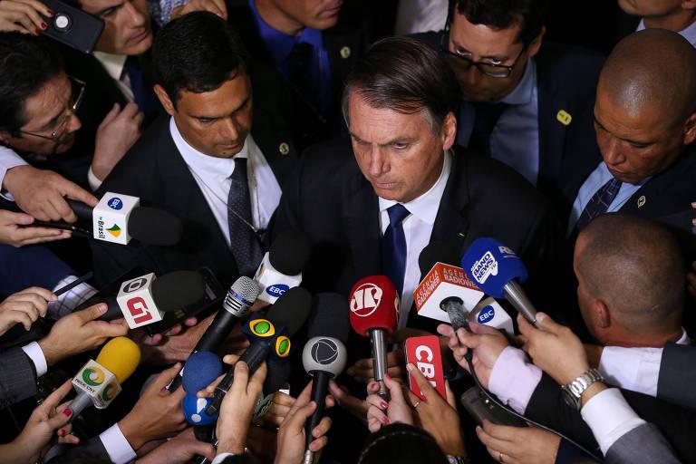 O presidente Jair Bolsonaro (PSL) fala com a imprensa durante assinatura de decreto presidencial que flexibiliza regras para atiradores esportivos, caçadores e colecionadores de armas