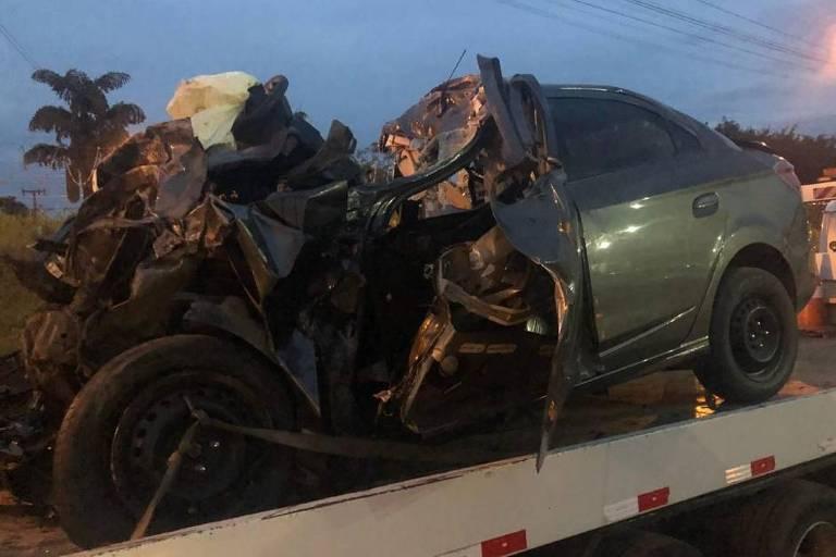 Carro destruído após impacto frontal contra caminhão em estrada em Santa Catarina
