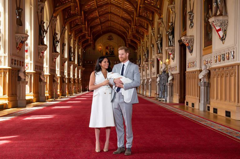 Meghan e Harry apresentam o bebê real à imprensa, no castelo de Windsor, dois dias após o nascimento
