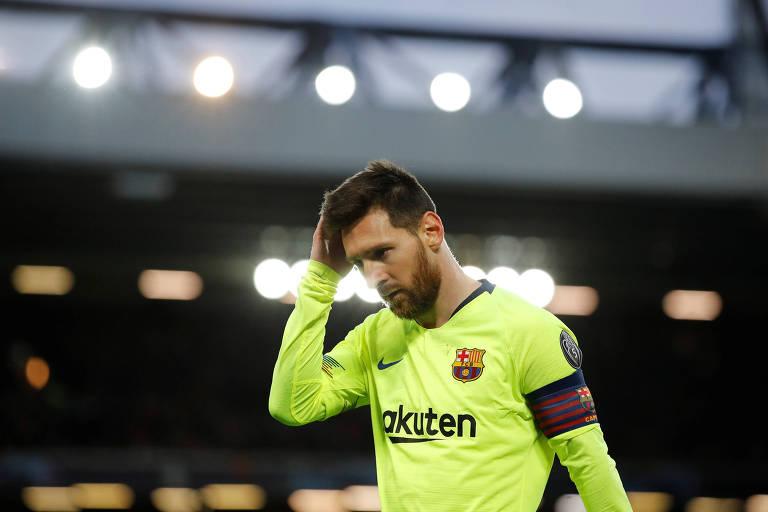 Lionel Messi deixo o gramado do estádio de Anfield após a derrota do Barcelona
