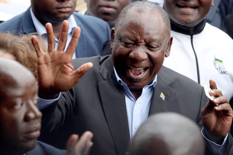O atual presidente da África do Sul e candidato, Cyril Ramaphosa, em local de votação em Joanesburgo