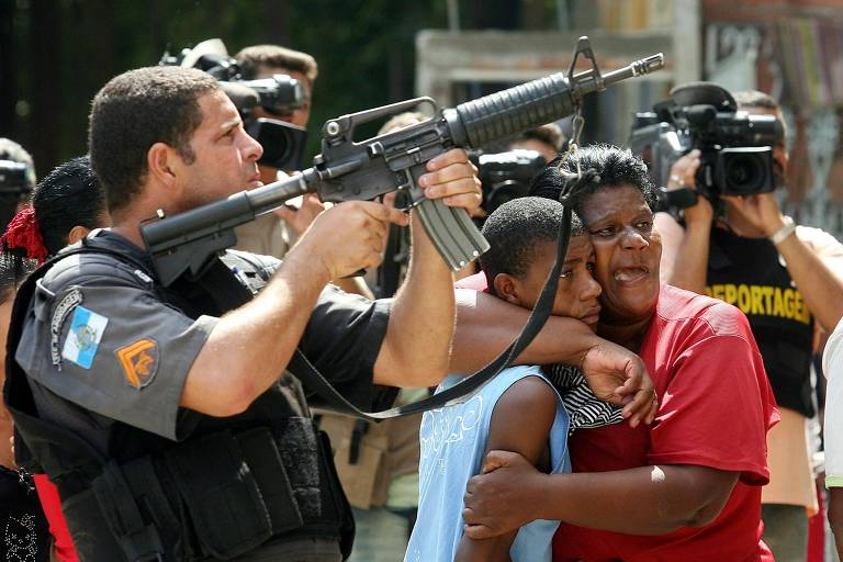 Policial do Rio é filmado durante ação no morro da Mineira, no centro carioca