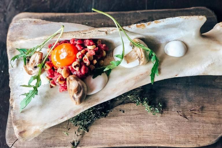 Carne cruda alla piemontese servida no Giulietta, novo restaurante de Rodolfo de Santis