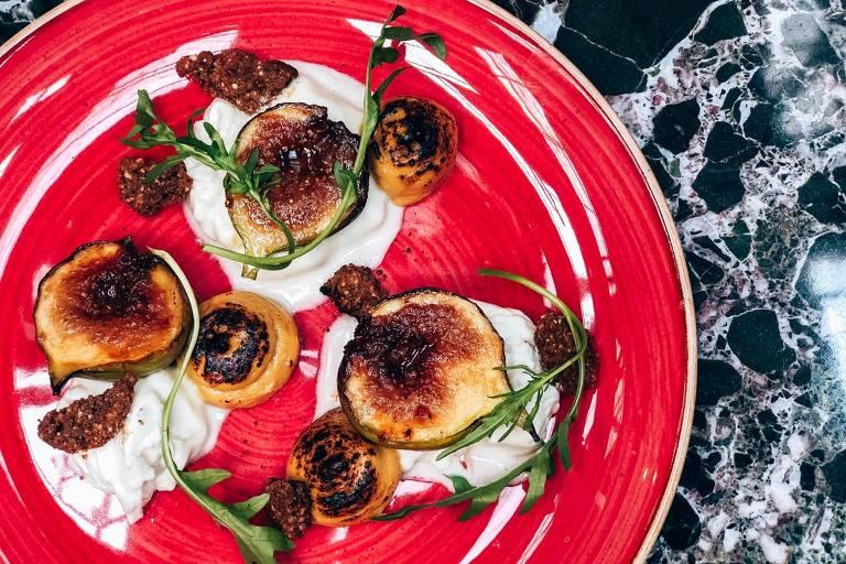 Giulietta serve pratos feitos no fogo