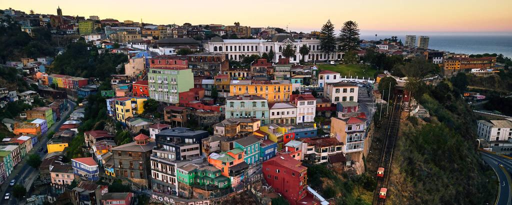 Morro com casas coloridas, ao pôr do sol