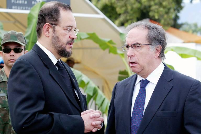 O então embaixador brasileiro no Haiti, Paulo Cordeiro, à esquerda, conversa com o representante da ONU Juan Gabriel Valdes durante cerimônia em Porto Príncipe