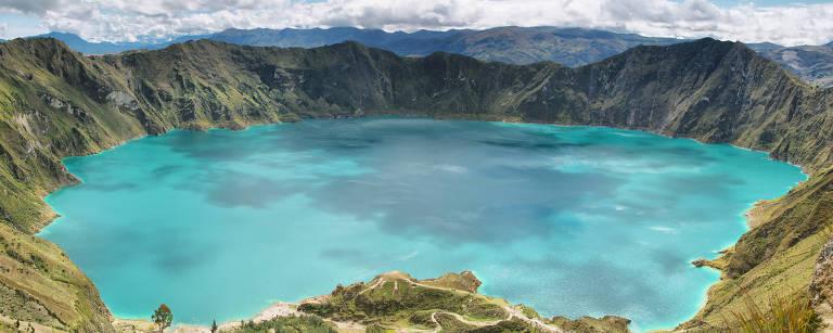 Lagoa na cratera do vulcão Quilotoa, a 178 km de Quito