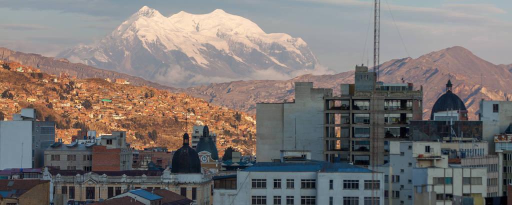 Prédios do centro de La Paz, capital da Bolívia; ao fundo, a montanha Illimani