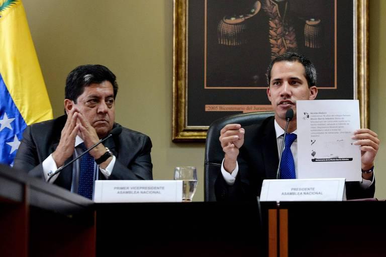 Edgar Zambrano (esquerda) e Juan Guaidó (direita) durante reunião com parlamentares em Caracas no início de abril