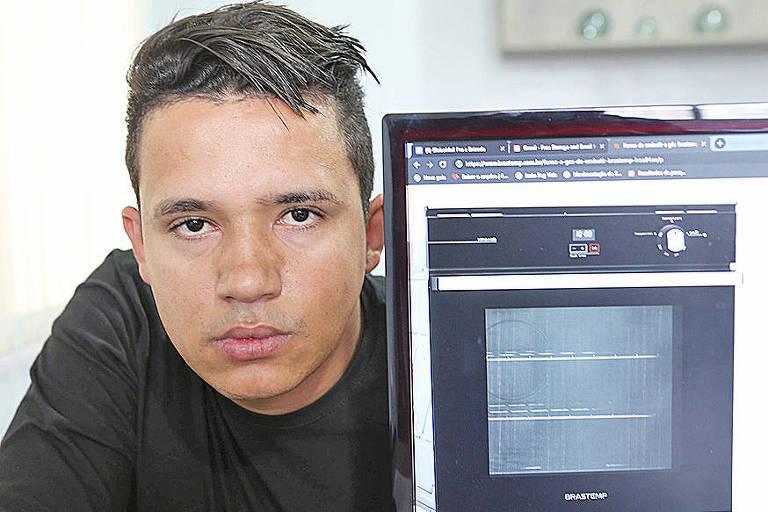 Ricardo Dias dos Santos conta que o vazamento de gás do forno de embutir o deixa preocupado; ele pede que a empresa faça a troca por um outro forno, de modelo diferente, e quer de volta o dinheiro que gastou