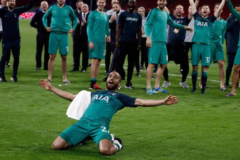 Lucas comemora com a torcida, em frente aos seus companheiros, a classificação do Tottenham à final da Liga dos Campeões, após os seus três gols no Ajax