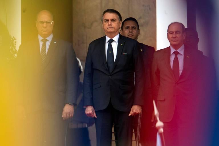 O presidente Jair Bolsonaro, ao centro, ao lado do ministro da Defesa, Fernando Azevedo e Silva, à dir., e do governador do Rio, Wilson Witzel, durante cerimônia no Rio para celebrar a participação brasileira na Segunda Guerra