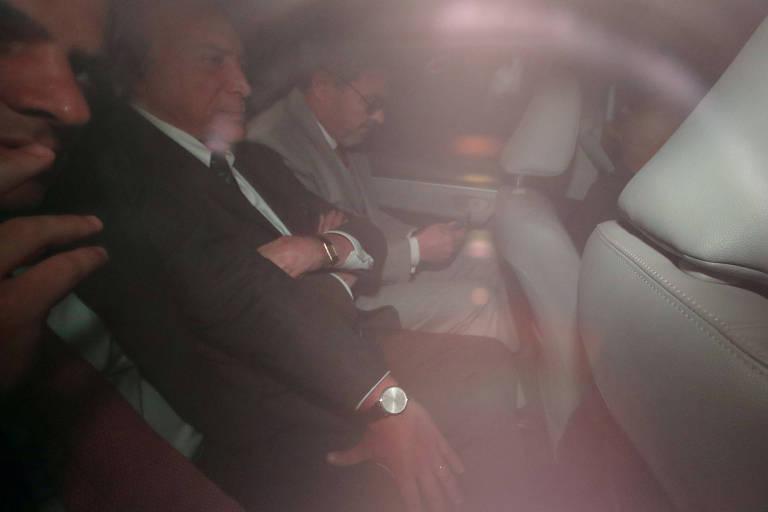 O ex-presidente Michel Temer, no carro, após sair de casa para se apresentar à PF em São Paulo