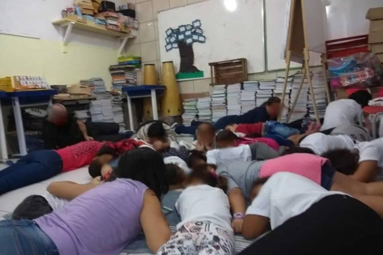 Crianças se deitam em escola para se proteger de tiroteio em Angra dos Reis