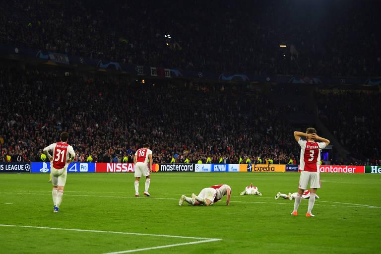 Jogadores do Ajax reagem ao terceiro gol de Lucas, que resultou na eliminação