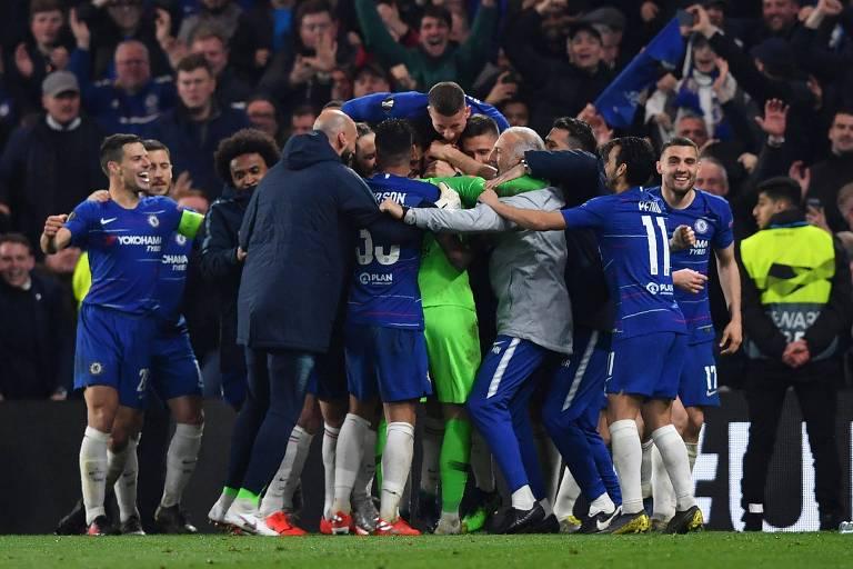 Jogadores do Chelsea comemoram a classificação para a final após vitória nos pênaltis