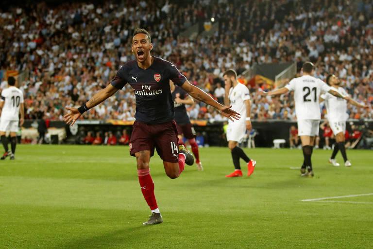 Pierre-Emerick Aubameyang celebra seu primeiro gol na vitória do Arsenal sobre o Valencia