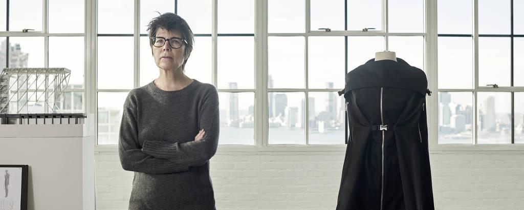Elizabeth Diller posa para o projeto Prada Invites. Ao seu lado está a peça que além de vestido também vira bolsa e segue os preceitos de funcionalidade seguido pela arquiteta do estúdio DS+R, responsável pelos projetos do High Line, em Nova York, e o MIS-Rio, no Rio de Janeiro