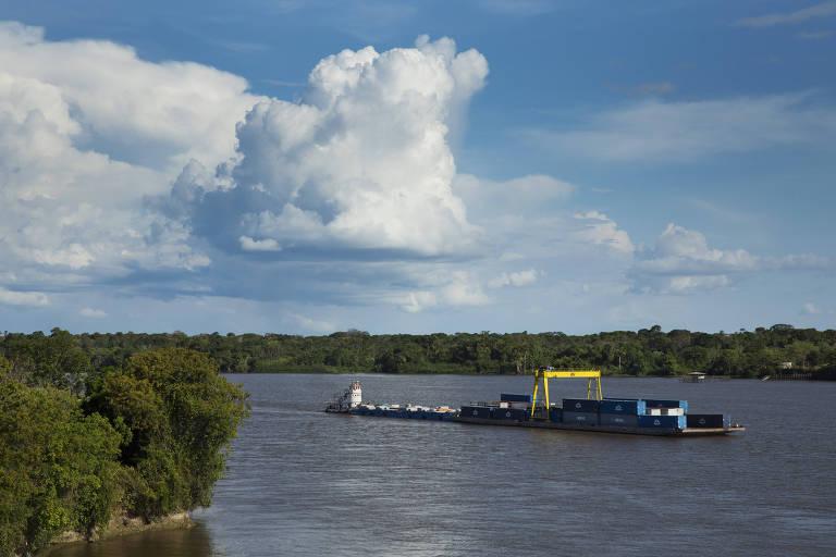 Barco no rio Amazonas, um dos poucos preservados, segundo estudo