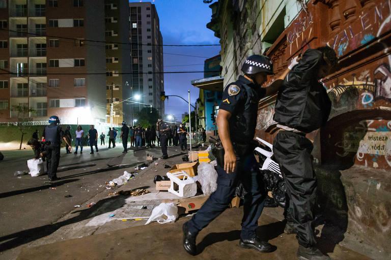 GCM revista usuário na cracolândia após ação policial