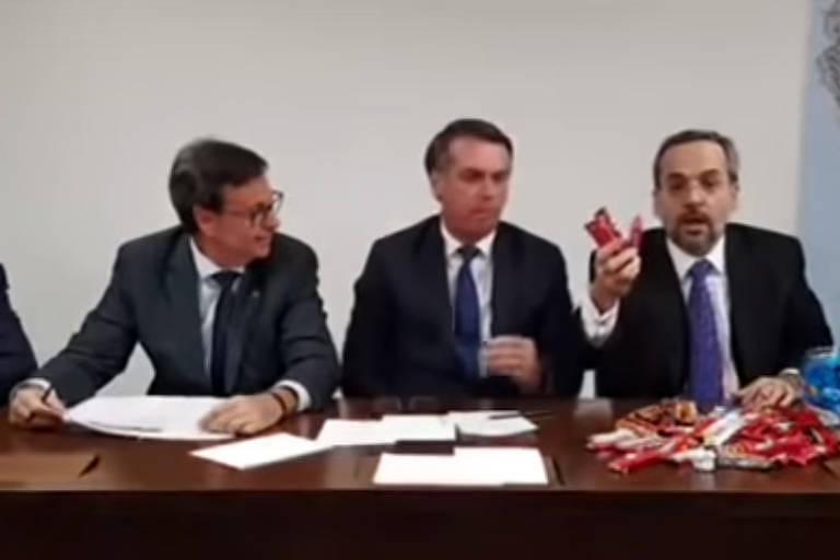 Em live com Bolsonaro, Weintraub explica cortes da Educação com ...