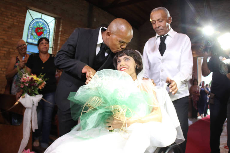 Rosália Macedo da Silva, 38, e seu noivo, Adriano Nunes de Jesus, 39, na cerimônia de casamento