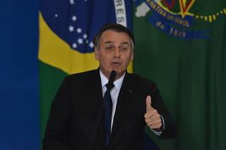Bolsonaro durante assinatura de decreto que flexibiliza regras para uso de arma, em Brasília