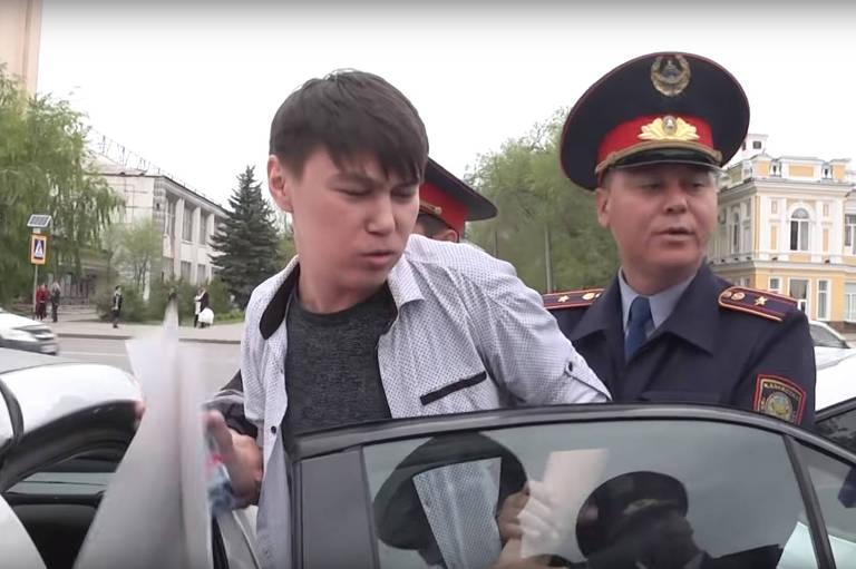 Manifestante é detido durante protesto enquanto segurava um cartaz em branco no Cazaquistão