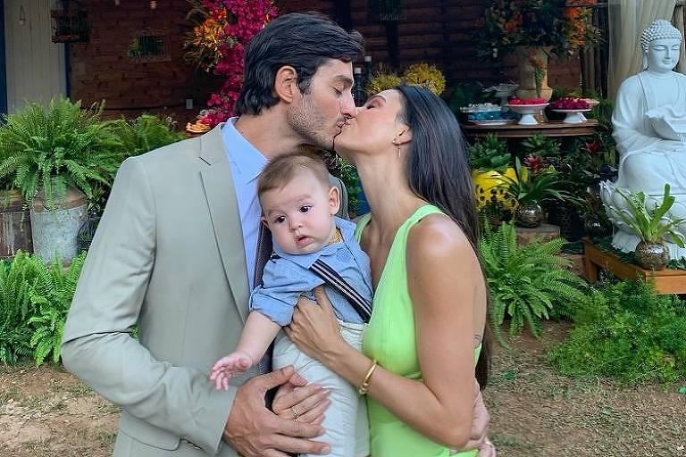 Isis Valverde com o marido e o filho Rael