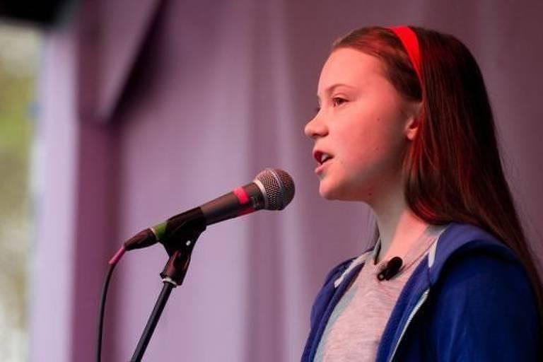 Menina jovem falando em microfone